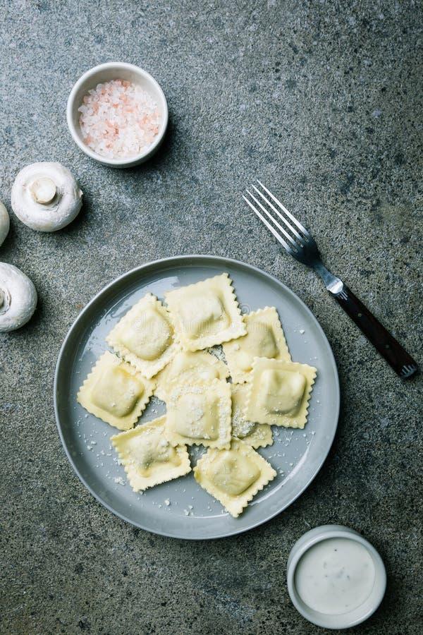 Ravioli met paddestoelen en kaas stock fotografie