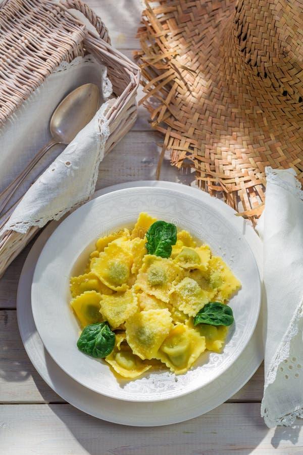 Ravioli met parmezaanse kaas in de rustieke keuken royalty-vrije stock foto