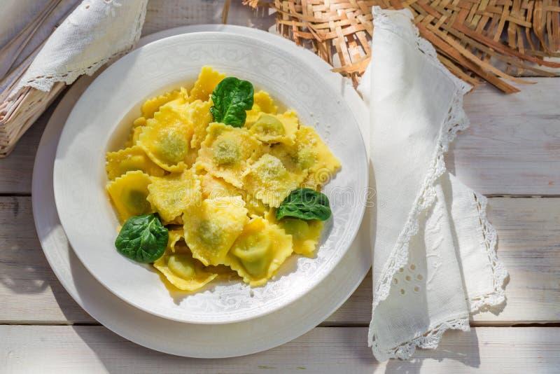 Ravioli met parmezaanse kaas in de zonnige keuken stock afbeelding
