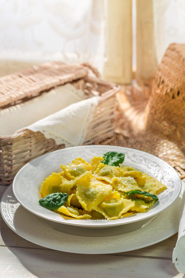 Ravioli met ricotta en spinazie in de rustieke keuken stock foto's