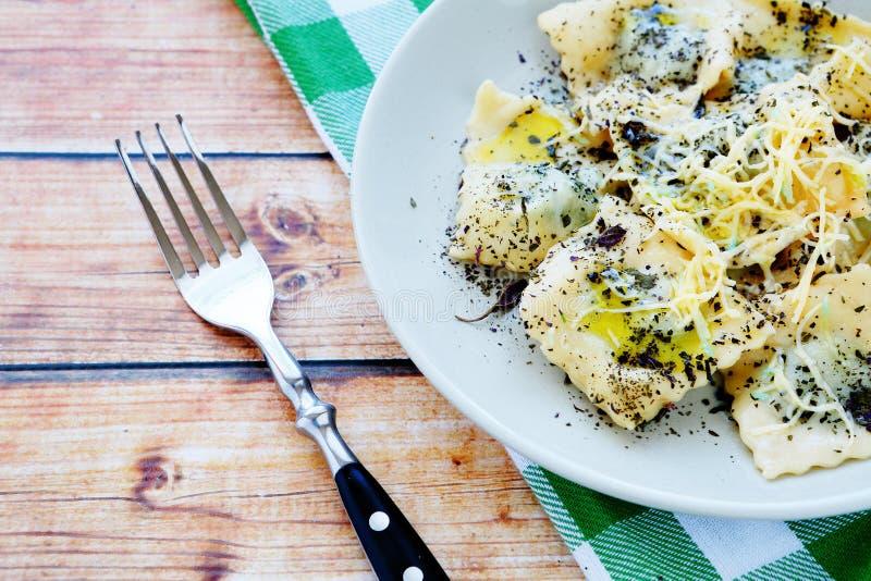 Ravioli met spinazie en kaas stock afbeelding