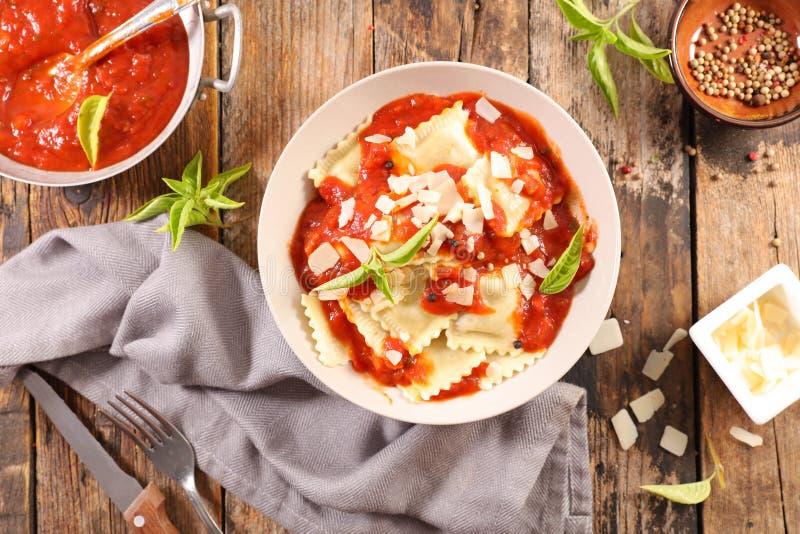 Ravioli met tomatensaus royalty-vrije stock fotografie