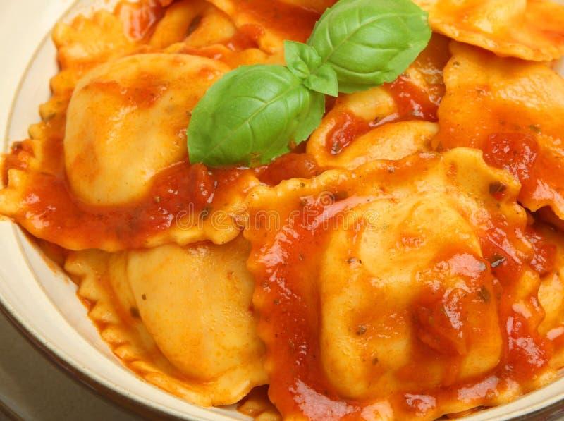 Ravioli met Tomatensaus stock afbeeldingen