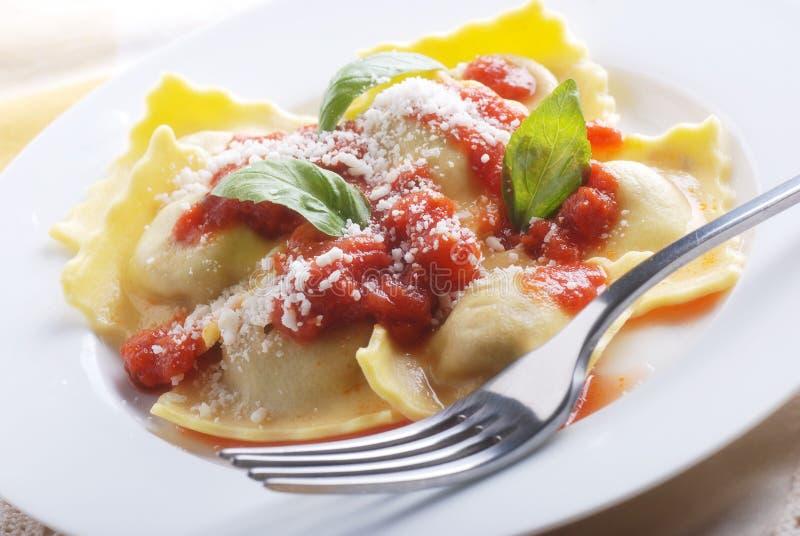 Ravioli met tomatensaus wordt gevuld die stock afbeelding
