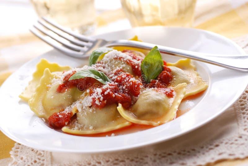 Ravioli met tomatensaus wordt gevuld die royalty-vrije stock foto
