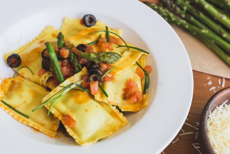 Ravioli mit Oliven-, Spargel- und Tomatenabschluß oben stockfoto