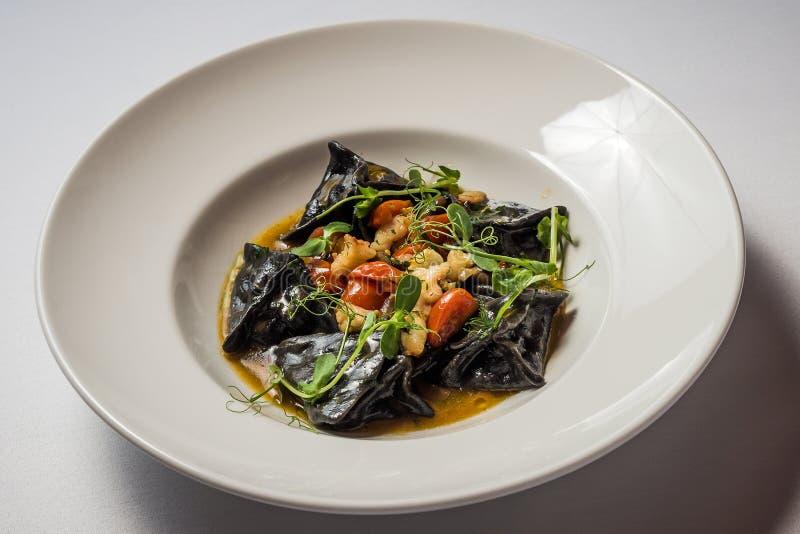 Ravioli preto com bacalhau e camarão foto de stock royalty free