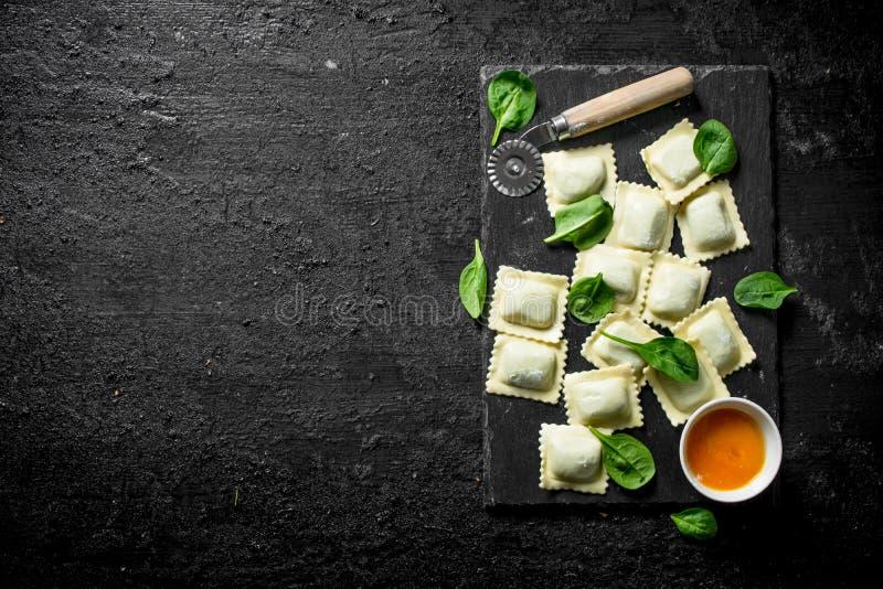 Ravioli ruw met saus en spinazie royalty-vrije stock afbeelding