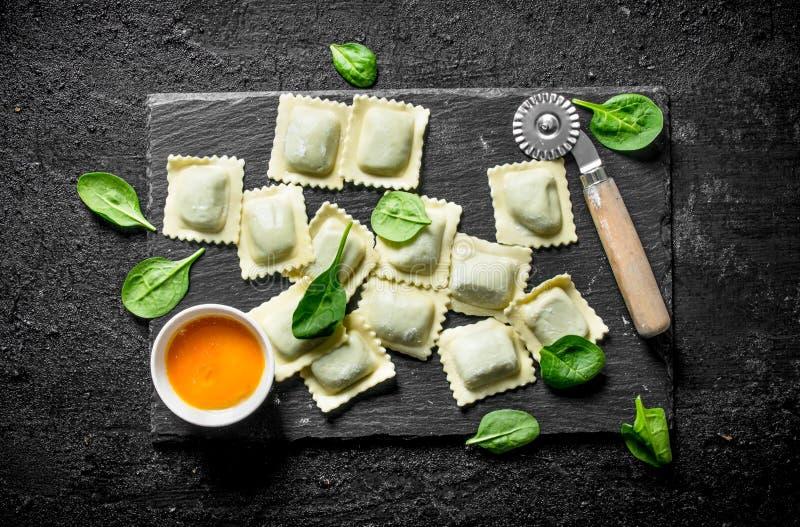 Ravioli ruw met saus en spinazie stock foto's