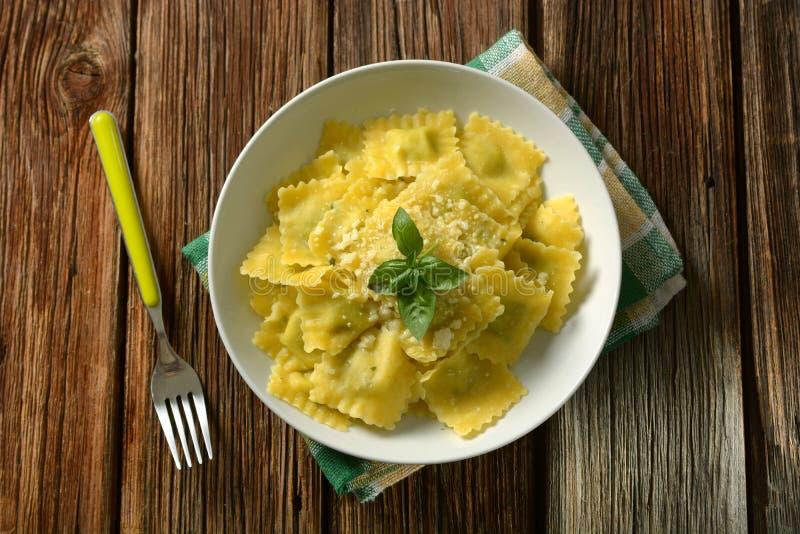 Ravioli som stoppas med spenat och ricotta med ost och basilika - arkivbild