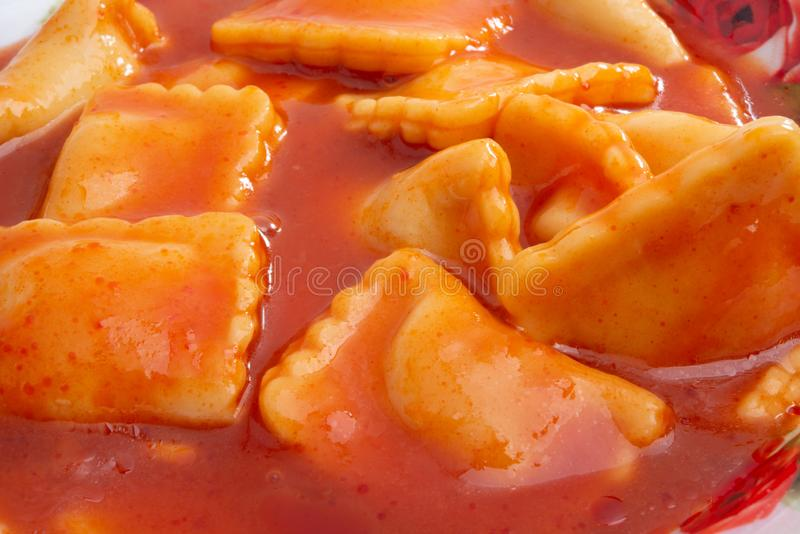 Ravioli in tomatensaus royalty-vrije stock foto's
