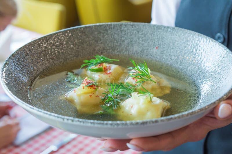 Raviolis con los camarones en comida del italiano del caldo imagen de archivo libre de regalías