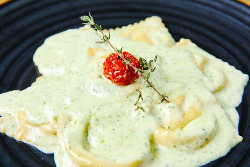 Raviolis con los salmones en salsa cremosa con Pesto foto de archivo