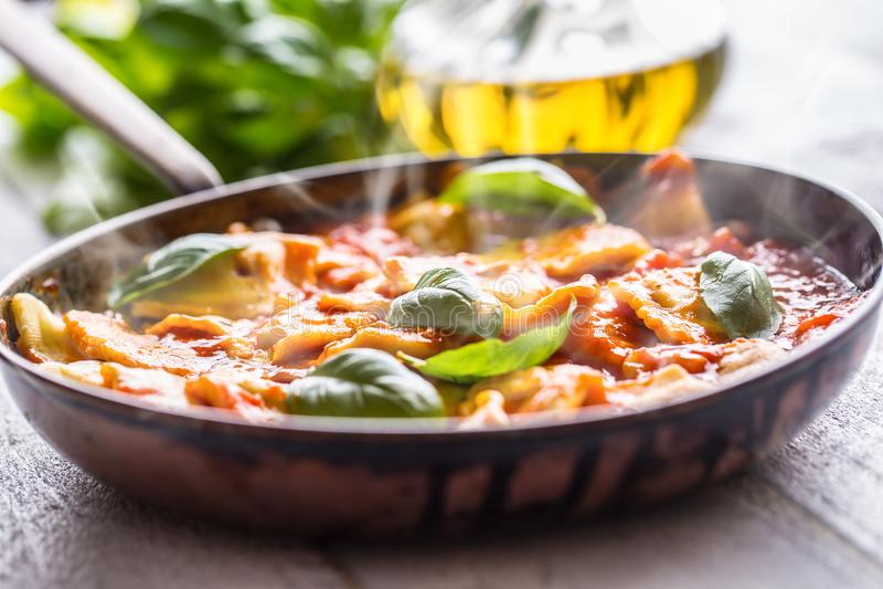 Raviolis italianos o mediterráneos de las pastas de la comida de la salsa de tomate foto de archivo libre de regalías