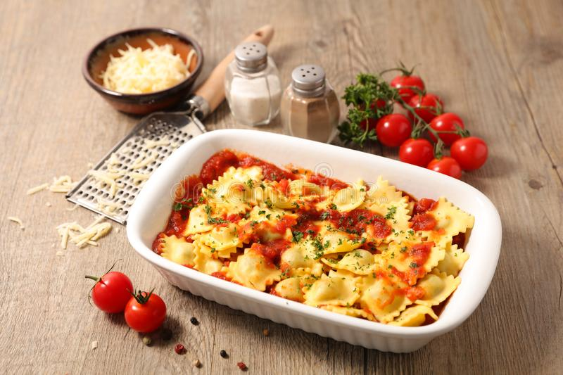 Raviolis mit Tomatensauce lizenzfreies stockfoto