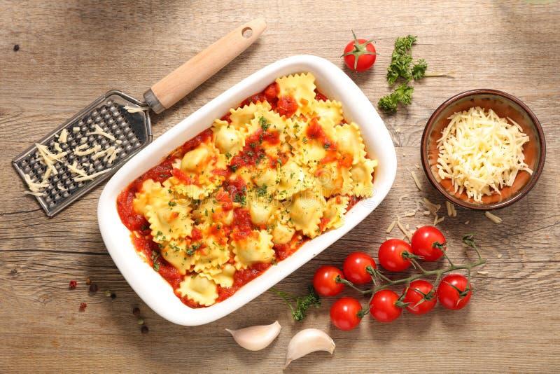 Raviolis mit Tomatensauce lizenzfreie stockfotografie