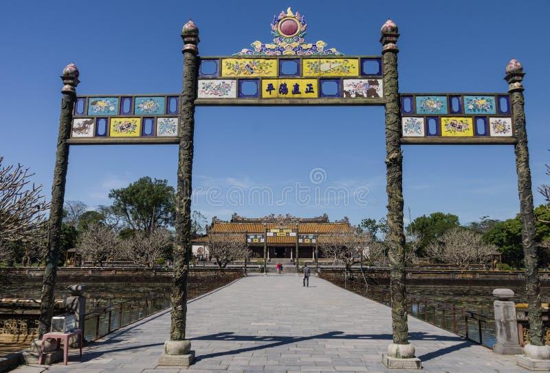 Ravissez la porte à la citadelle avec le palacr roayal à l'arrière-plan, Hue, photo libre de droits