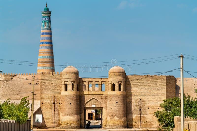 Ravissez la porte dans le mur de ville antique d'Ichan Kala Khiva, Uzbekistan image stock