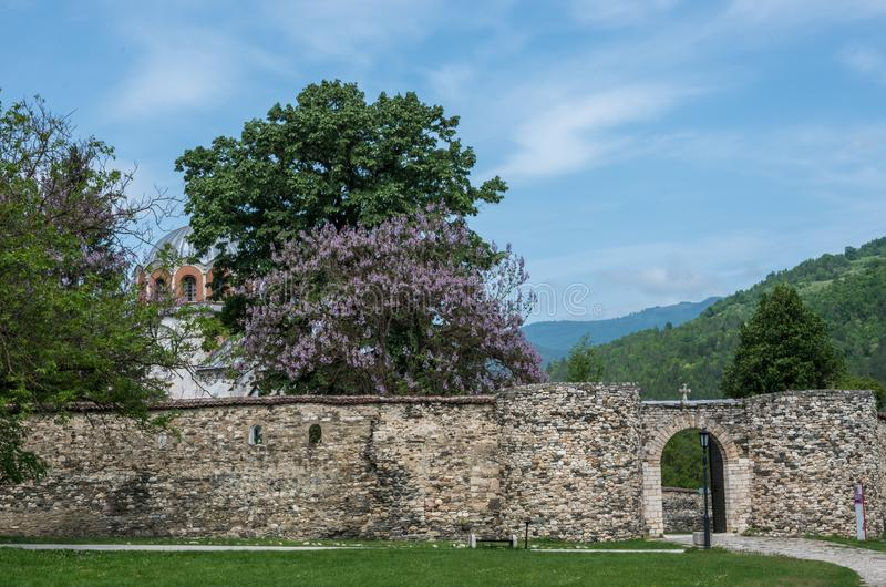 Ravissez la porte du monastère de Studenica, monastère orthodoxe serbe du 12ème siècle situé près de la ville de Kraljevo photos stock