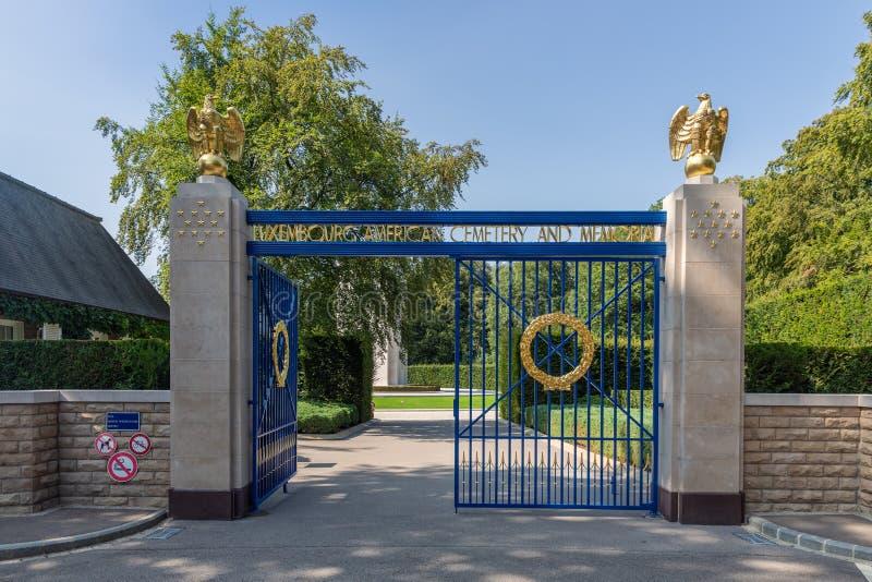 Ravissez le cimetière de l'Américain WW2 avec des aigles de porte et d'or de fer images libres de droits