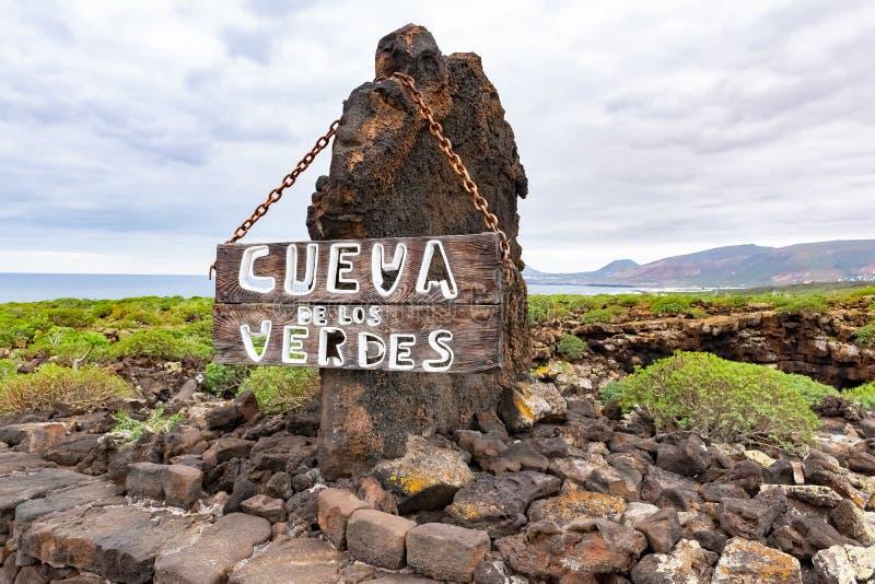 Ravissez le signe devant Cueva de los Verdes, un tube de lave étonnant et attraction touristique sur l'île de Lanzarote, Espagne image libre de droits