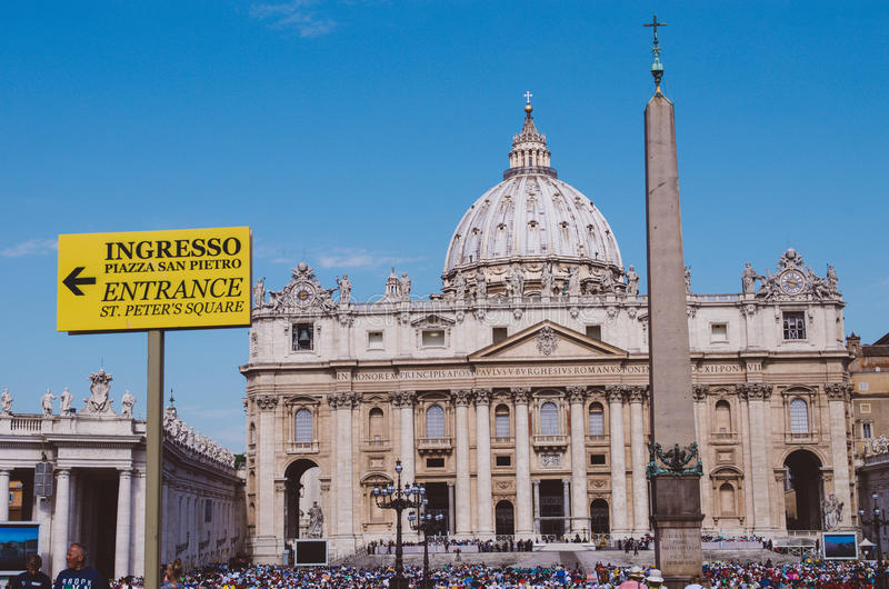 ravissez le signe pour le fidèle en place de St Peter, ci de Vatican images stock