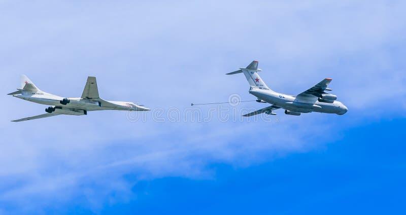Ravitailleur en vol Il-78 (MIDAS) et Tu-160 (nerf de boeuf) images libres de droits