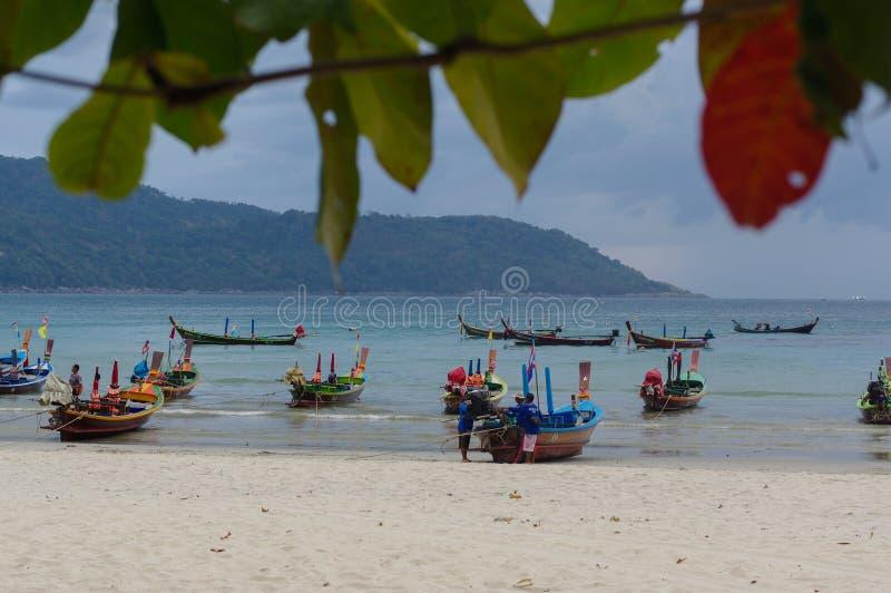 RAWAI海滩,普吉岛海岛,泰国- 2016年2月28日:在异乎寻常的海湾的长尾的小船 免版税库存照片
