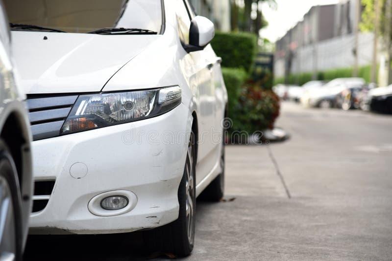 A rayé la voiture devant le blanc Pare-chocs rayé de voiture photo libre de droits