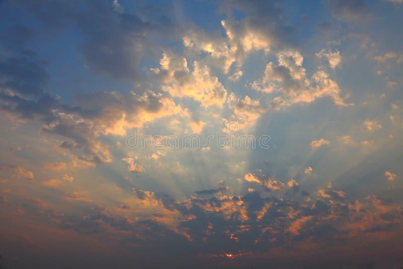 Ray av härliga solljussken till och med molnet royaltyfri bild