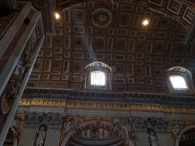 Ray av ljus i en kyrka arkivfoto