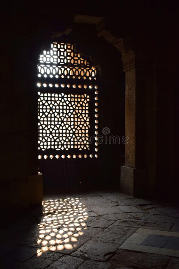 Ray av ljus som skriver in till och med ett fönster av Humayuns gravvalv i Delhi arkivfoton
