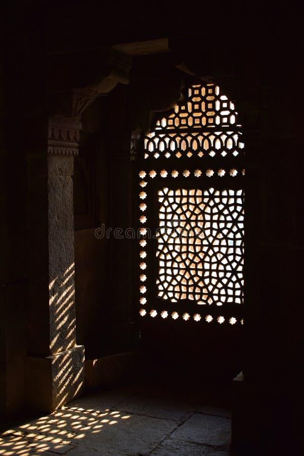 Ray av ljus som skriver in till och med ett fönster av Humayuns gravvalv i Delhi royaltyfria foton