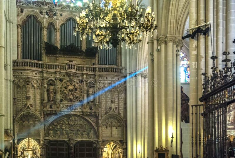 Ray av ljus som skriver in till och med rosfönstret i Toledo Cathedral arkivbild