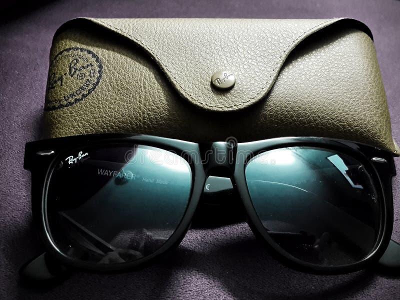 Ray-Ban Oryginalnego Wayfarer Klasyczni Czarni okulary przeciwsłoneczni fotografia royalty free