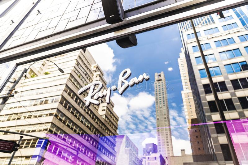 Ray Ban shoppar i det Bloomingdale varuhuset i New York City, USA royaltyfri fotografi
