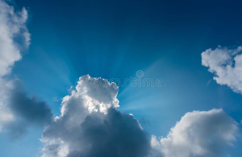 Ray& crepuscular x28; beam& x29; no céu no tempo do dia foto de stock