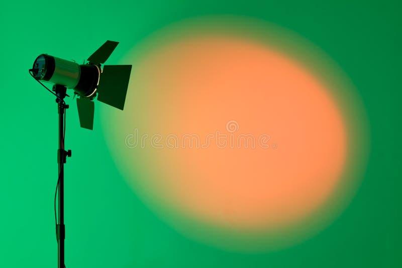 Ray de la luz del punto escénico sobre el fondo oscuro, equipo de la iluminación de etapa imagen de archivo libre de regalías