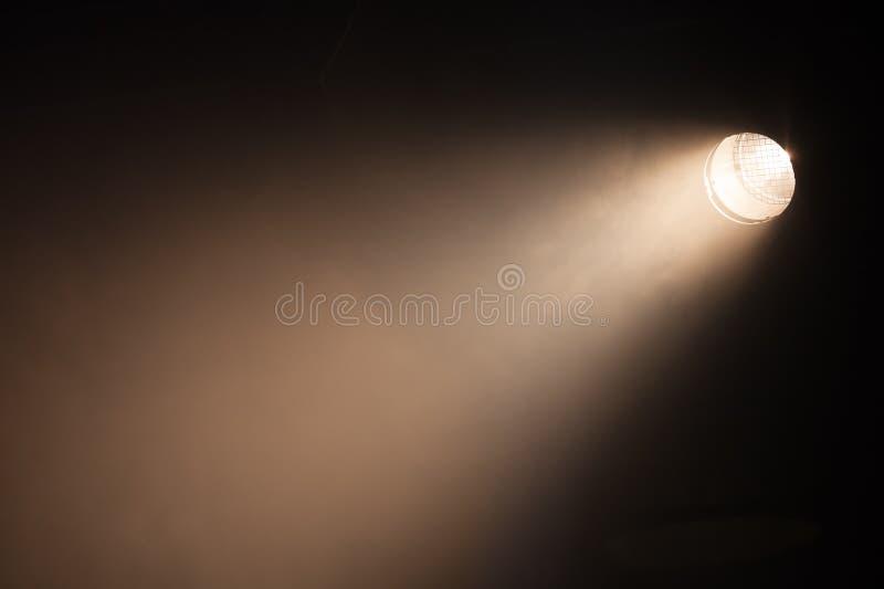 Ray de lumière de tache scénique au-dessus de l'obscurité image libre de droits