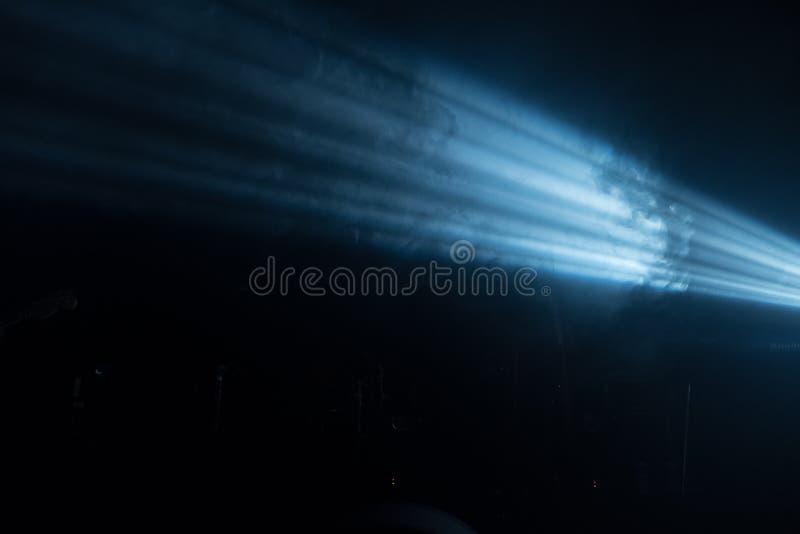 Ray de lumière sur un fond noir photo libre de droits