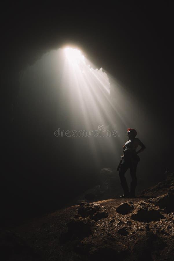 Ray de luz bonito dentro de uma caverna imagem de stock