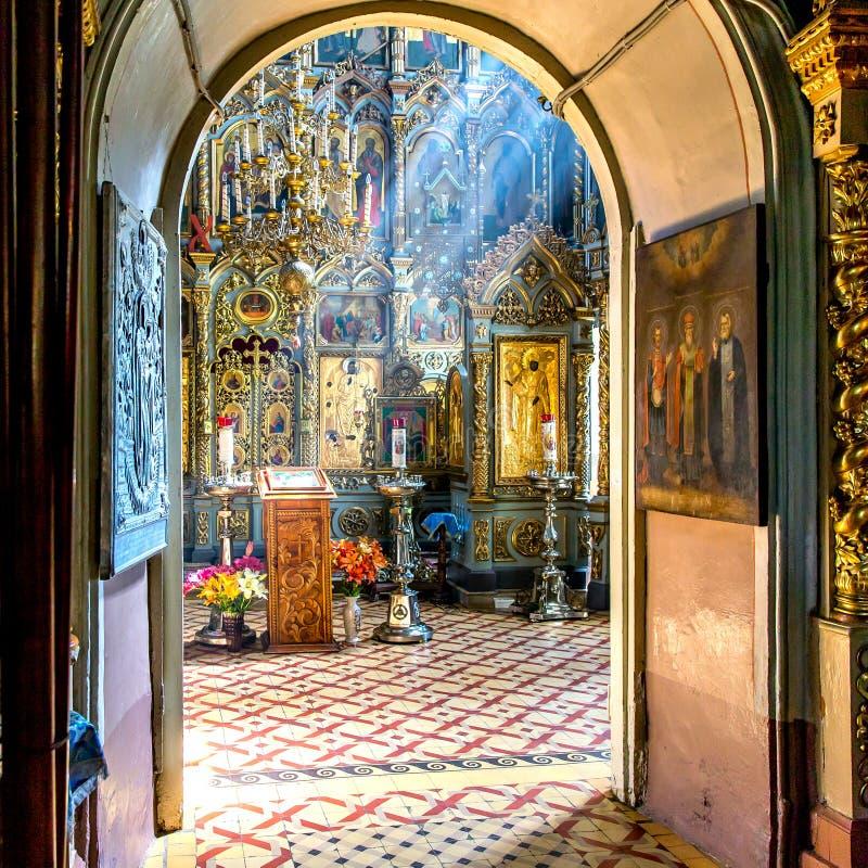 Ray de luz solar cai no iconostasis na igreja do othodox imagens de stock