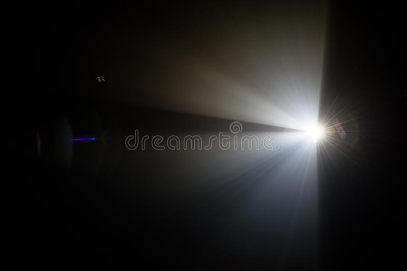 Ray des Lichtes auf einem schwarzen Hintergrund stockfotos