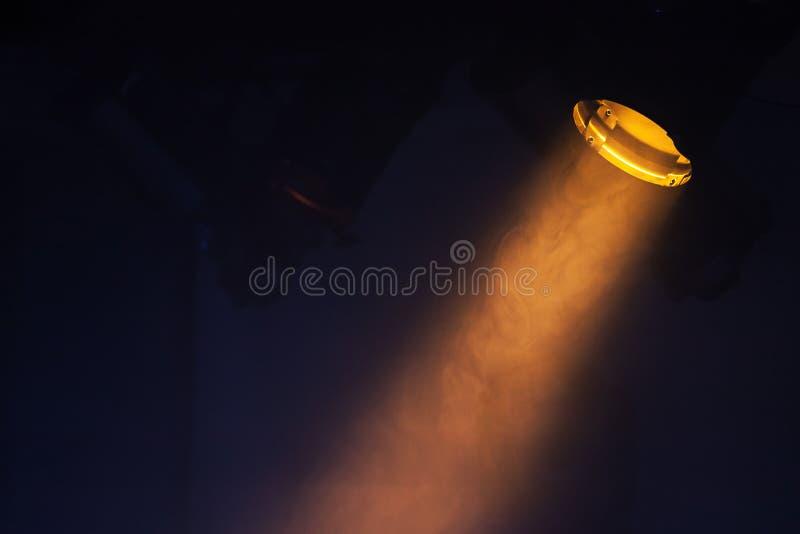Ray des szenischen Scheinwerferlichts über schwarzem Hintergrund stockbild