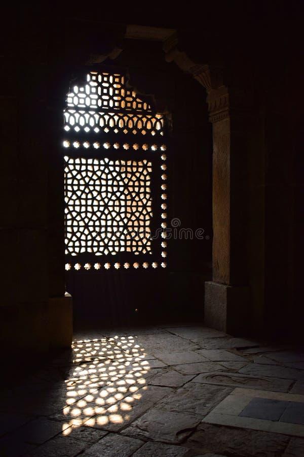 Ray di luce che entra attraverso una finestra della tomba di Humayun a Delhi fotografie stock