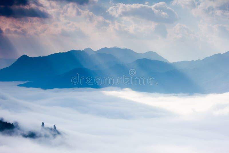 Ray di luce, della nuvola e della montagna fotografia stock libera da diritti