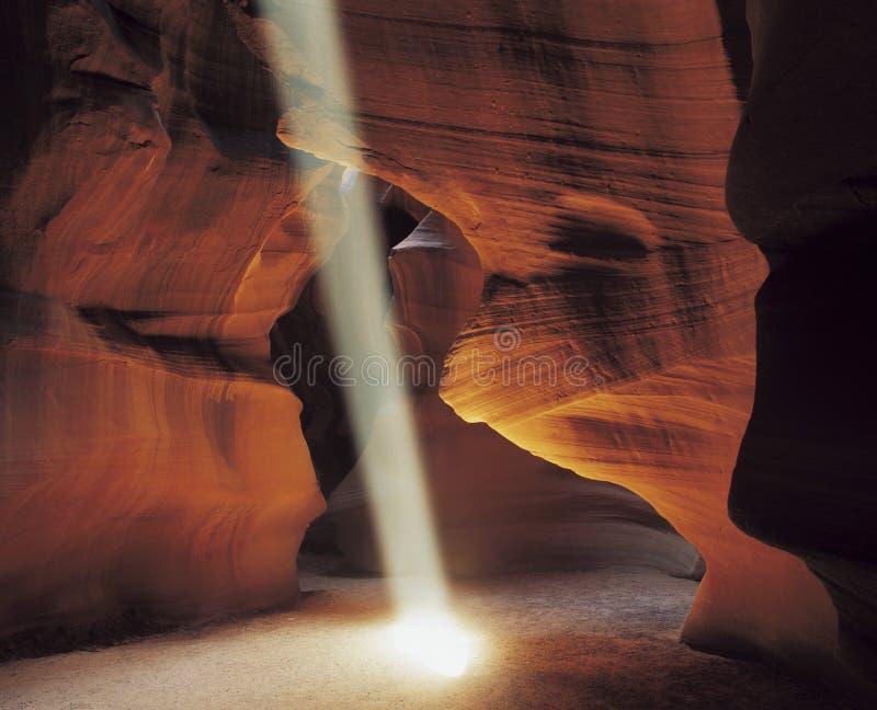 Ray di luce solare in caverna immagini stock libere da diritti