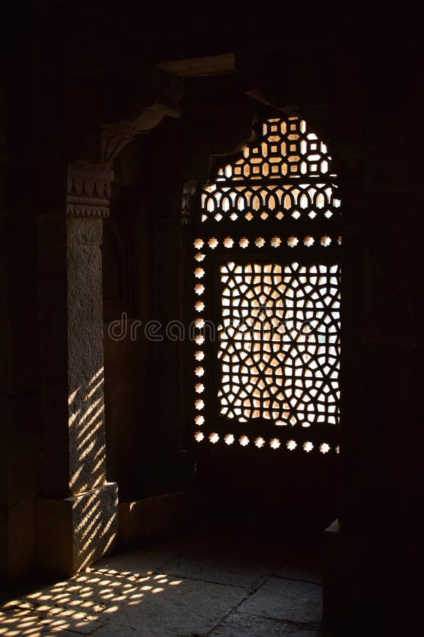 Ray die van licht door een venster van het graf van Humayun in Delhi binnengaan royalty-vrije stock foto's