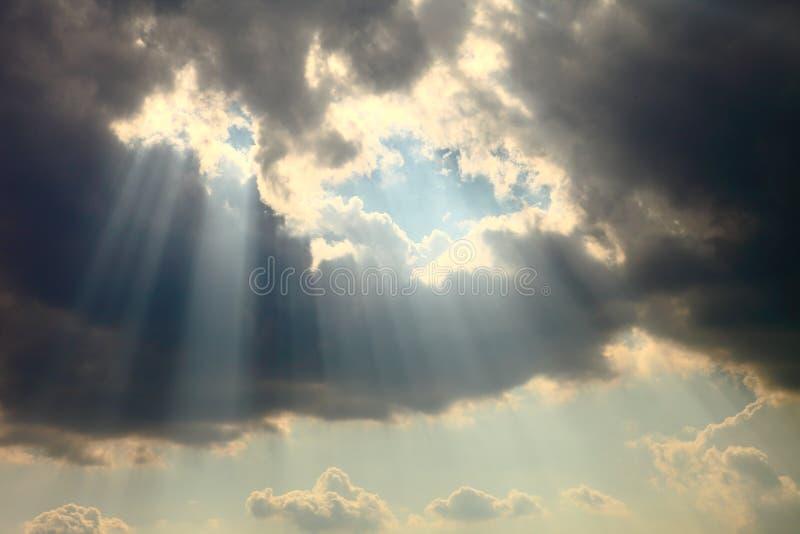 Ray do brilho da luz do sol com a diferença entre a nuvem para o conceito da esperança e do otimismo foto de stock