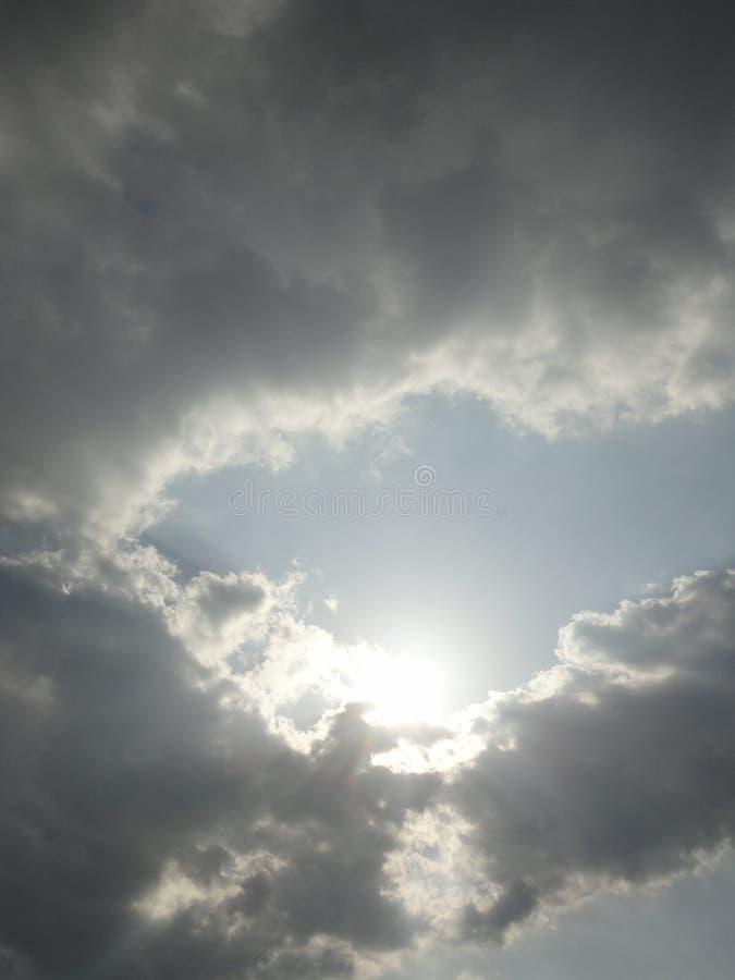 Download Ray do sol e das nuvens foto de stock. Imagem de puffy - 80101510